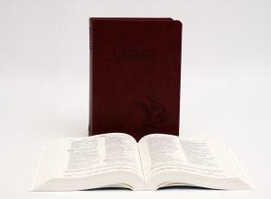 Biblia – középméretű, varrott kiállítású, bordó